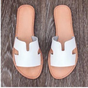 LAST 3‼️🌟 STUNNING! 🌟 White slide sandals!